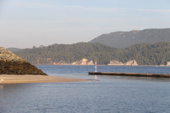 Die eher heikle Hafeneinfahrt gebietet etwas Vorsicht